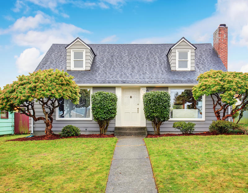 Casa cinzenta autêntica com jarda fotos de stock royalty free