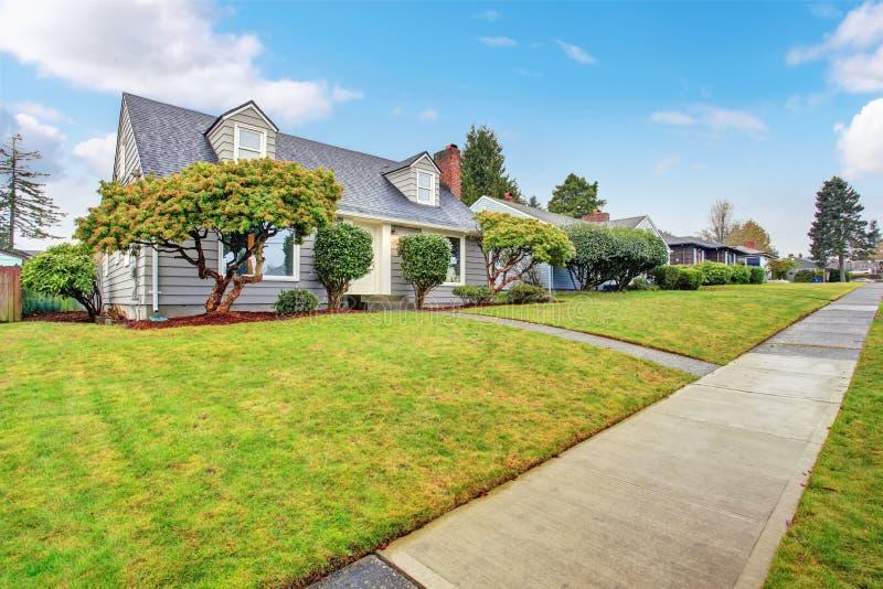 Casa cinzenta autêntica com jarda foto de stock