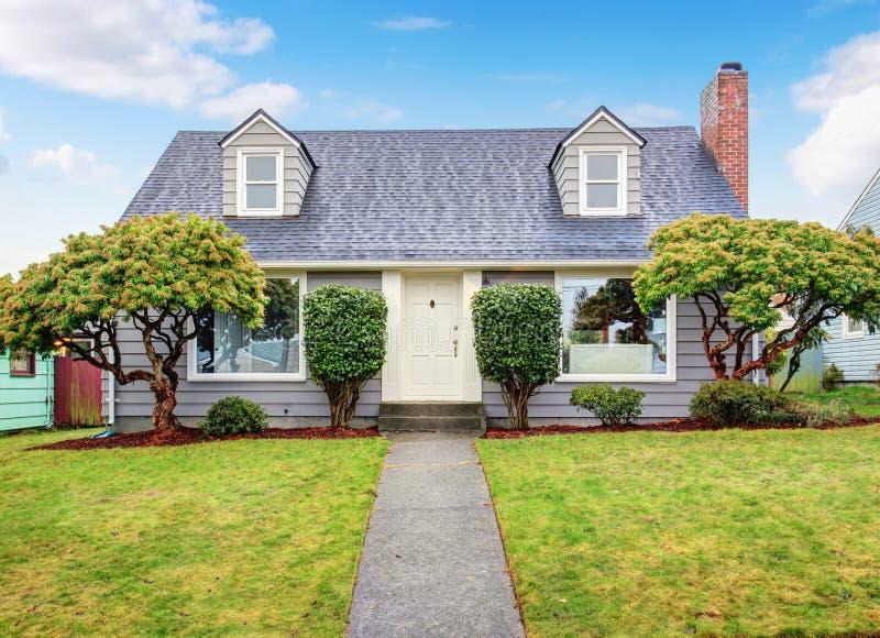 Casa cinzenta autêntica com jarda foto de stock royalty free