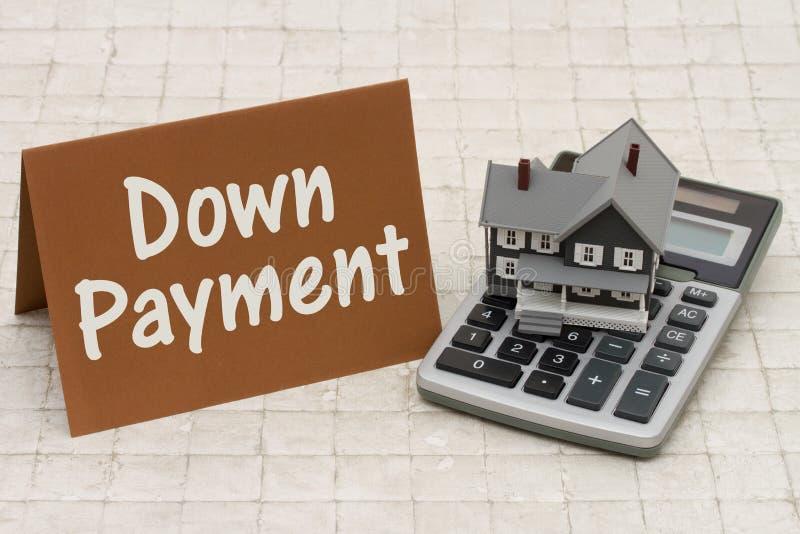 Casa cinzenta do sinal, do A da hipoteca sobre a casa, cartão marrom e calcula foto de stock