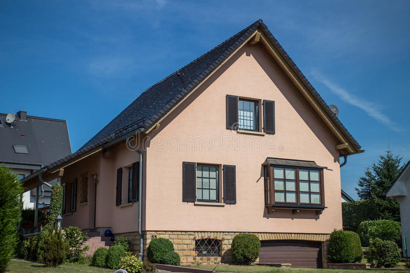 Casa clásica en suburbios fotos de archivo libres de regalías
