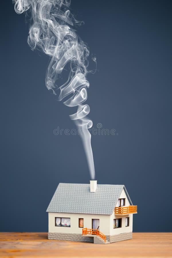 Casa clássica com fuga do fumo imagem de stock royalty free