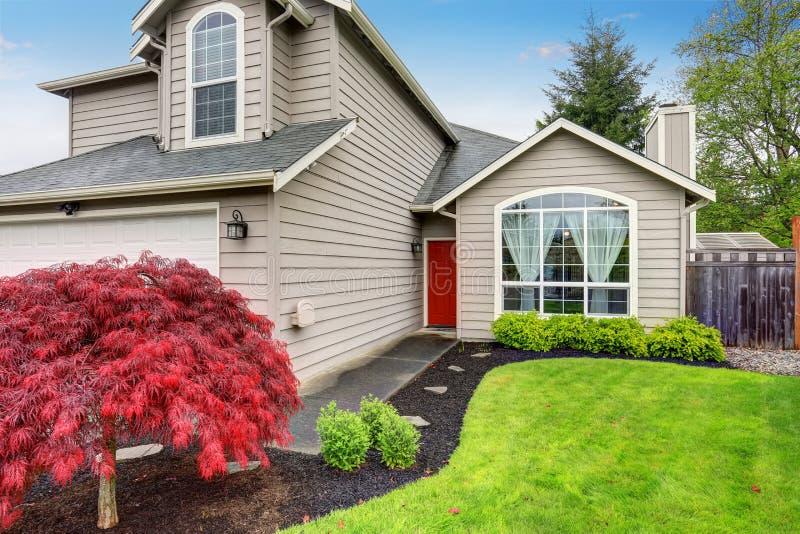 Casa classica americana con pittura per esterni beige for Immagini casa classica