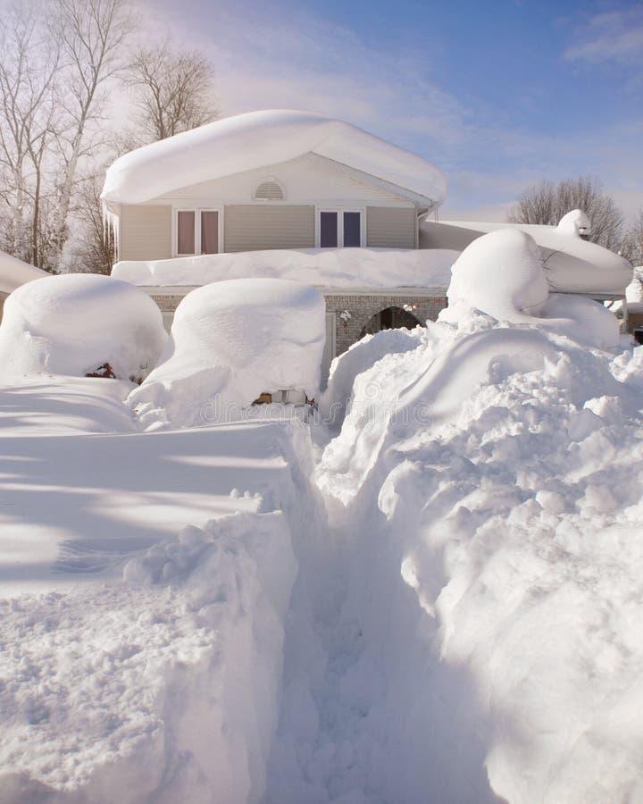 Casa coberto de neve do blizzard foto de stock royalty free