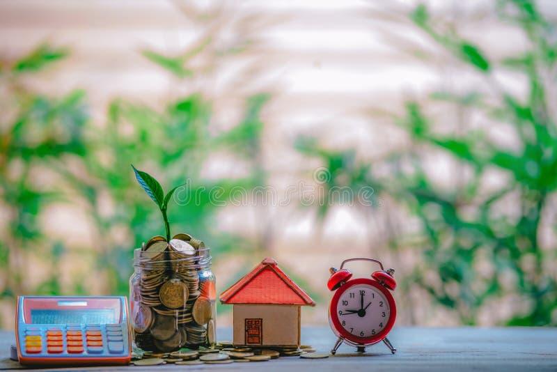 Casa colocada em moedas Caderno e Pen Prepare Planning Savings Money das moedas para comprar um conceito da casa para a escada da fotografia de stock royalty free