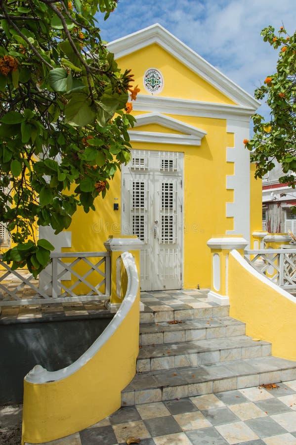Casa colonial amarilla imagen de archivo
