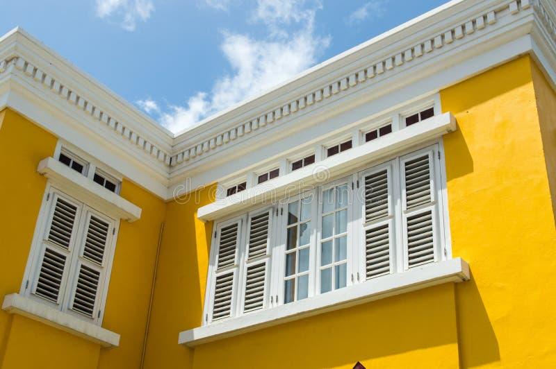 Casa colonial amarilla imagenes de archivo