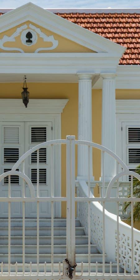 Casa colonial amarilla imágenes de archivo libres de regalías