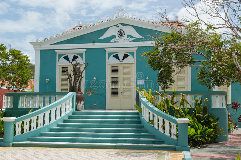 Casa colonial azul del estilo imágenes de archivo libres de regalías