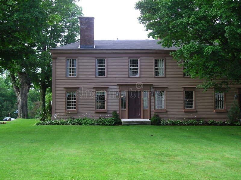 Casa colonial georgiana vieja del estilo de Nueva Inglaterra foto de archivo libre de regalías