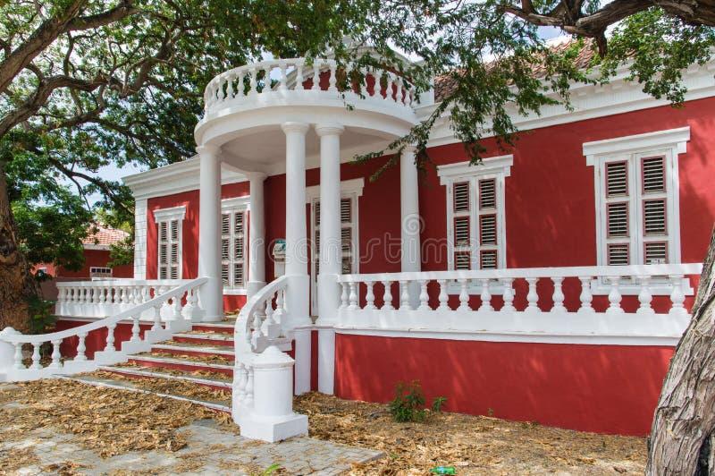 Casa colonial roja del estilo imagen de archivo