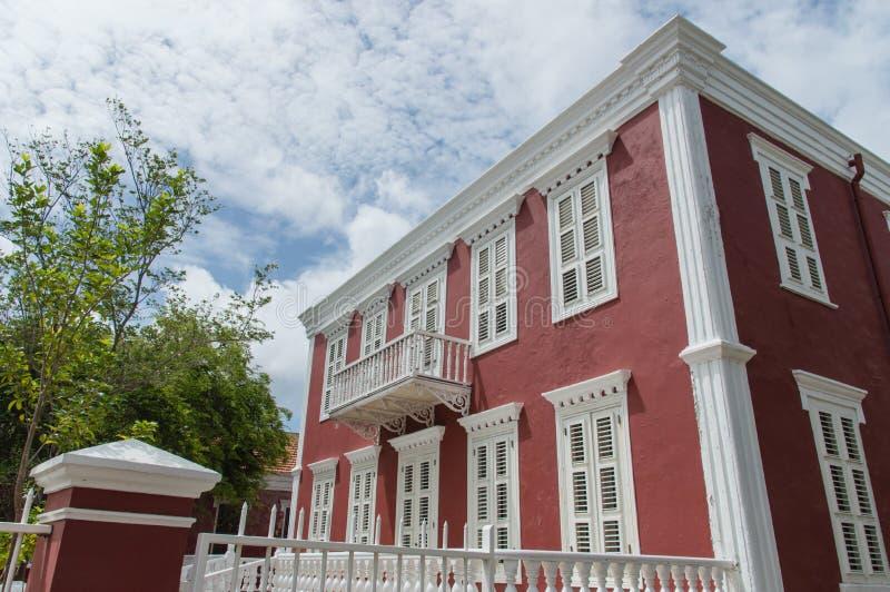 Casa colonial roja del estilo foto de archivo libre de regalías