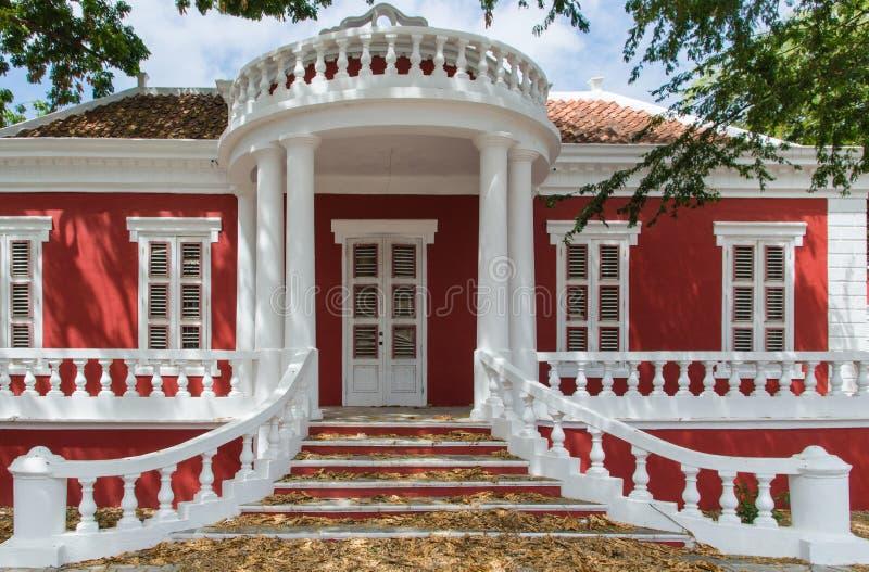 Casa colonial roja del estilo en Willemstad foto de archivo libre de regalías