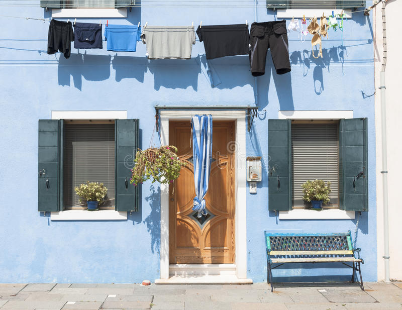 Casa colorida azul de la isla de Burano con el lavadero, Venecia, Italia foto de archivo libre de regalías
