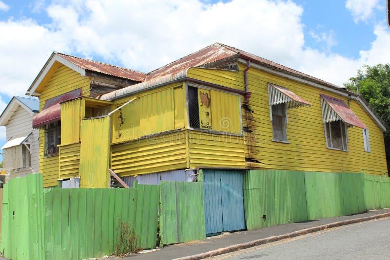 Casa colorida da madeira e do aço fotos de stock royalty free
