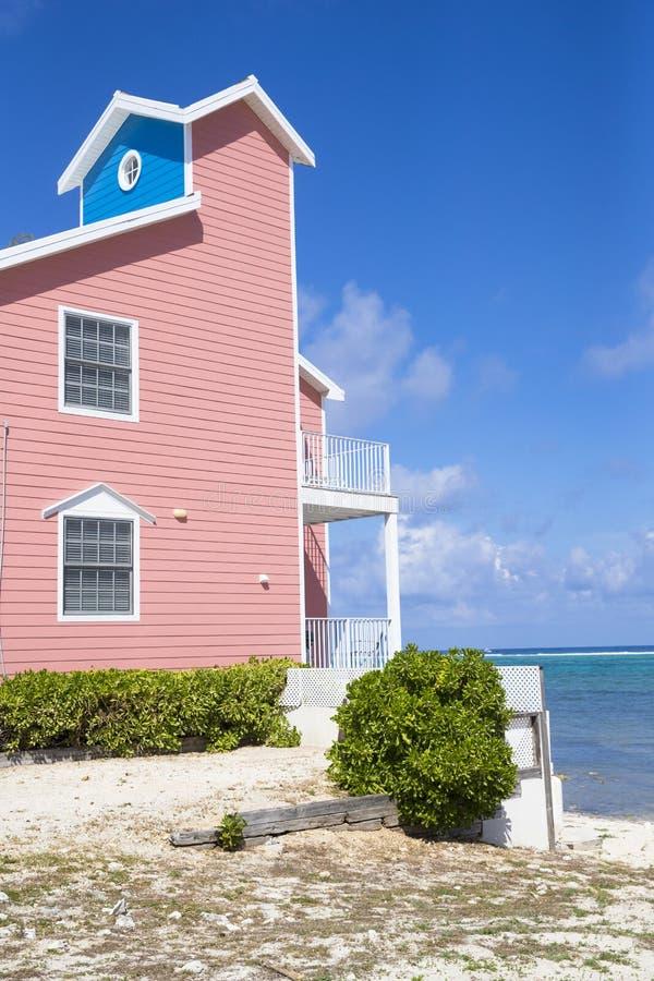 Casa colorida da praia em ilhas de Grand Cayman fotos de stock