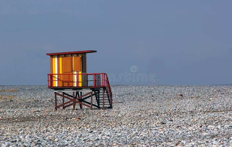 Casa colorida del salvavidas en la playa vacía del invierno foto de archivo libre de regalías