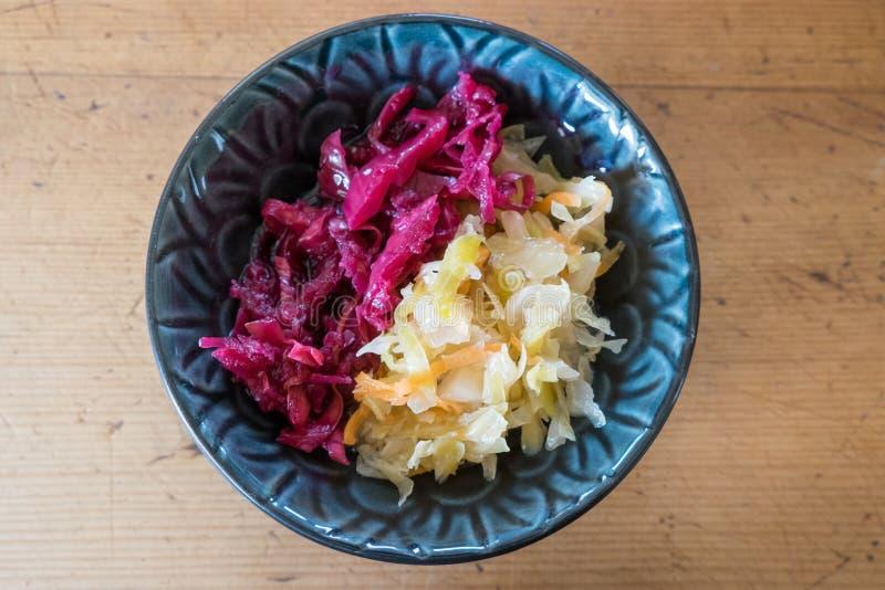 A casa colorida do chucrute feita fermentou o alimento do vermelho e do verde foto de stock