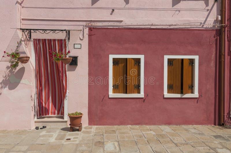 Casa colorida roja de la isla de Burano con el lavadero, Venecia, Italia imagenes de archivo