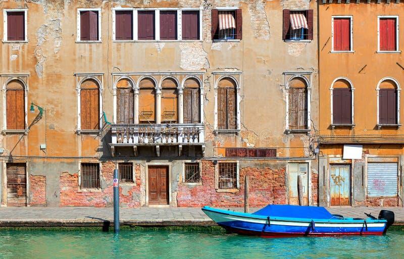 Casa colorida velha ao longo do canal estreito em Veneza. fotos de stock royalty free