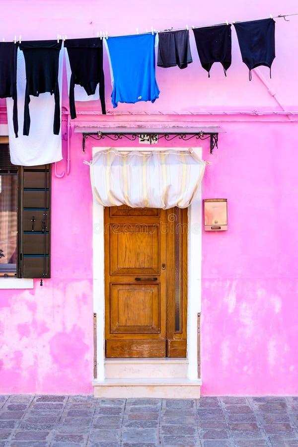 Casa colorida y ropa lavada en un estante, isla de Burano, Venecia imagen de archivo libre de regalías