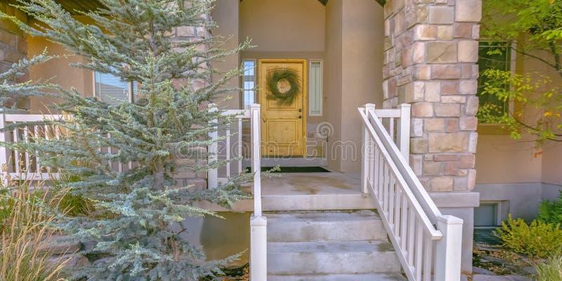 Casa com as escadas que conduzem ao patamar e à porta da rua fotografia de stock royalty free