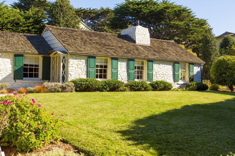 Casa com as grandes gramado e árvores fotografia de stock royalty free