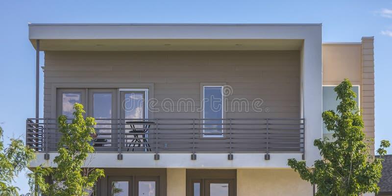 Casa com balcão e telhado liso na aurora Utá imagens de stock