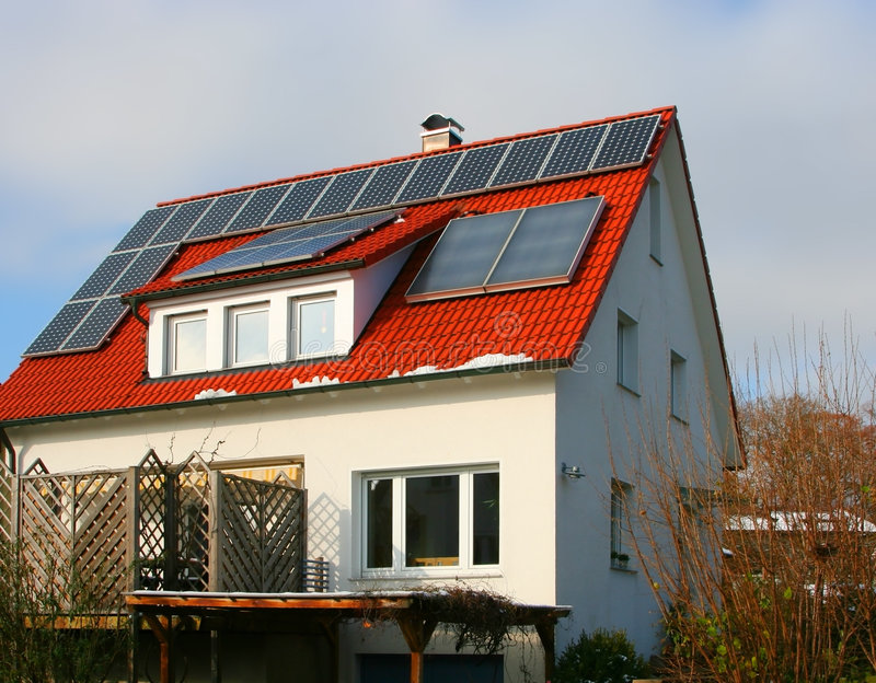 Casa com célula solar foto de stock
