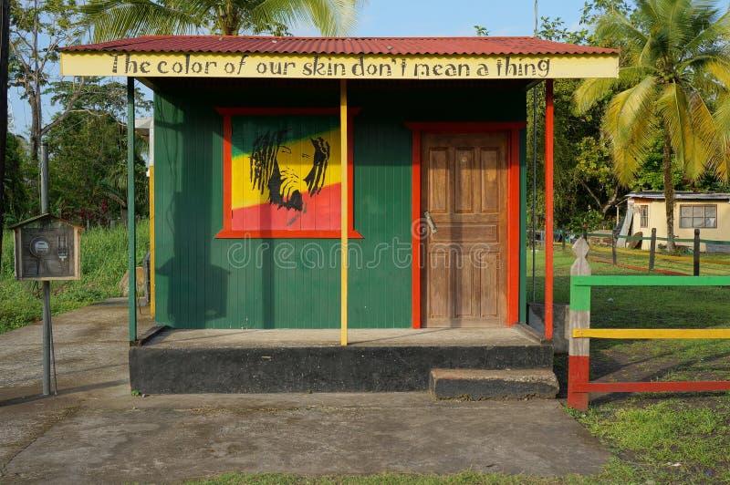 Casa com cores do rasta nas Caraíbas fotos de stock royalty free