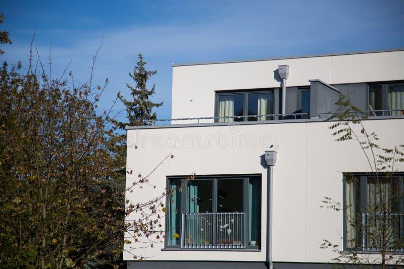 Casa com fachada branca, forma cúbica, moderna, imagem de stock