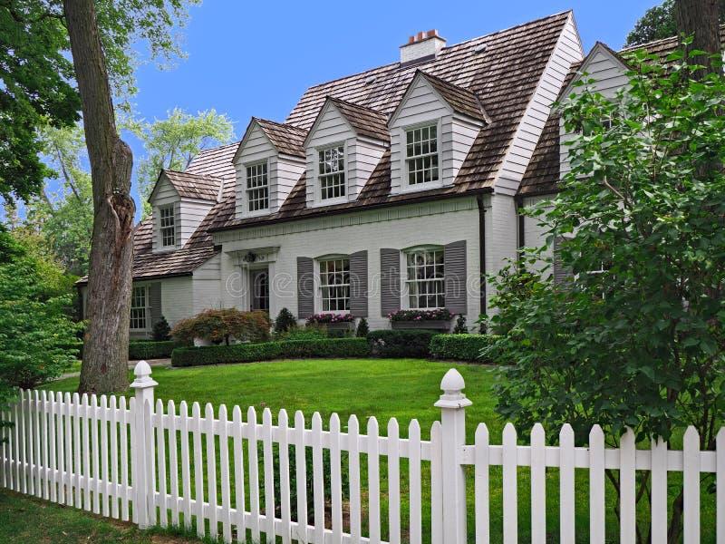 Casa com janelas de trapeira foto de stock royalty free