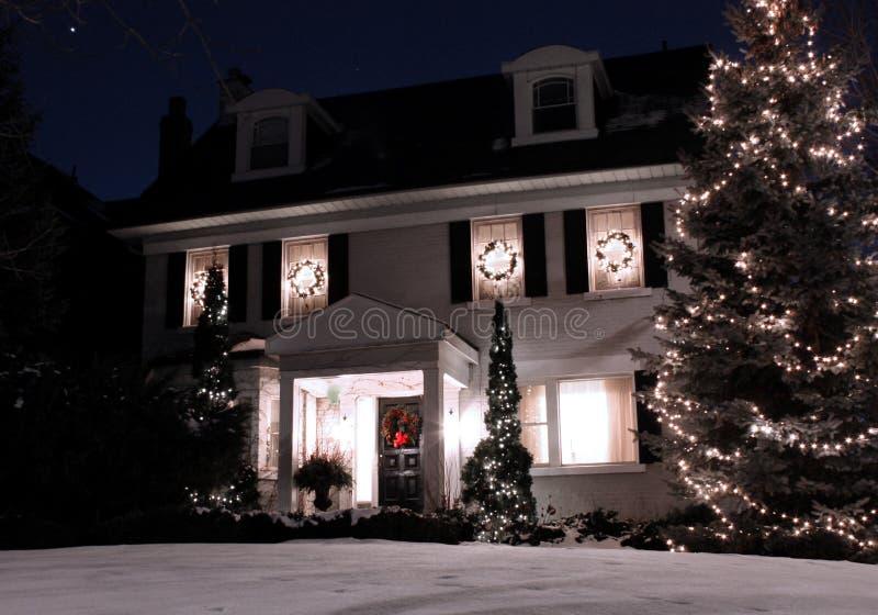 Casa com luzes de Natal imagem de stock