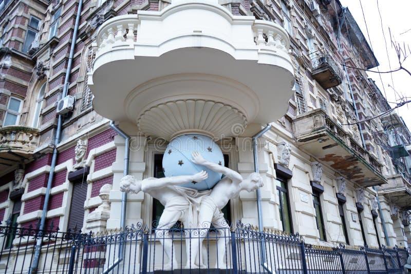 Casa com o Atlantes em Odessa Ukraine Balc?o de canto de apoio do monumento Em 1899 ano constru?do imagens de stock