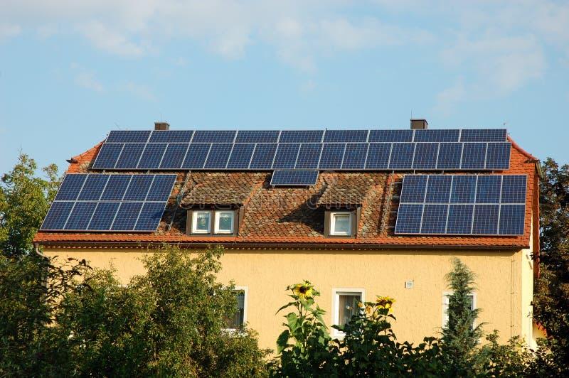 Casa com painéis solares foto de stock
