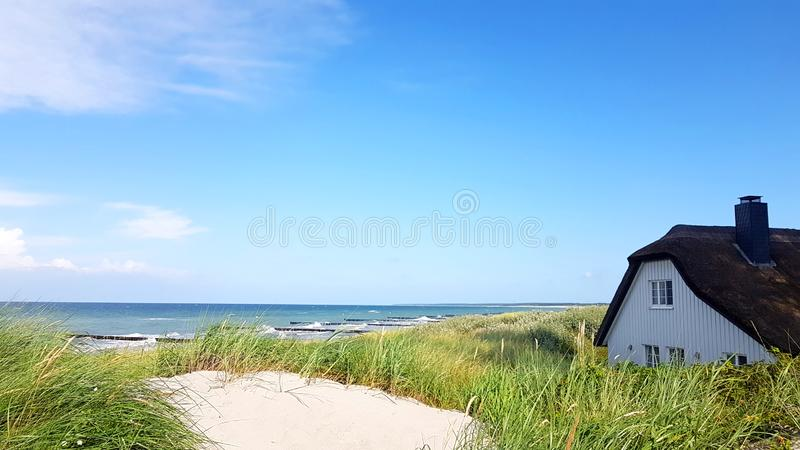 A casa com ree do telhado ou cobre com sapê na praia imagem de stock royalty free