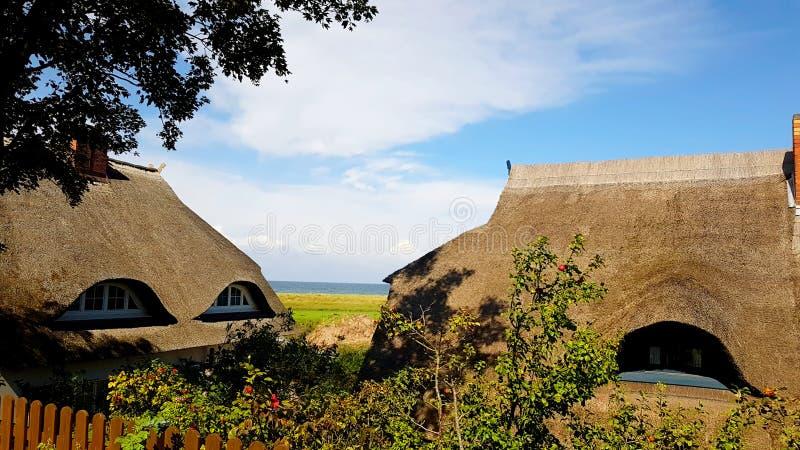 A casa com ree do telhado ou cobre com sapê na praia fotografia de stock royalty free