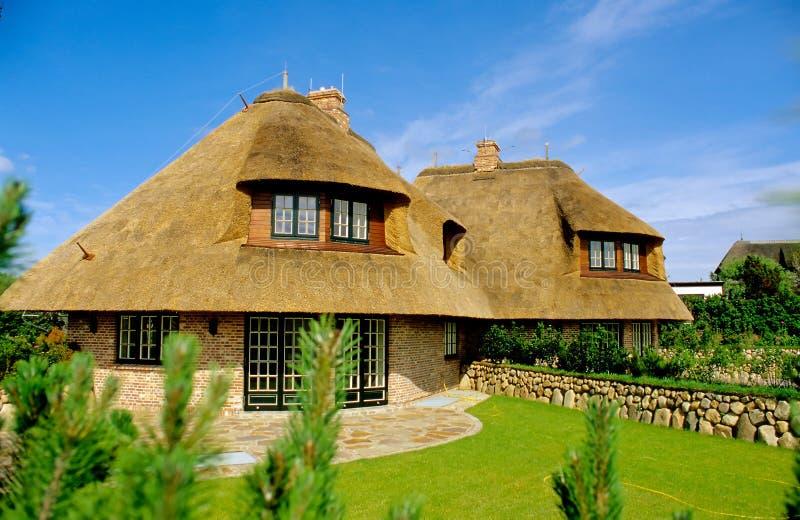 Casa com telhado thatched (Sylt) fotografia de stock royalty free