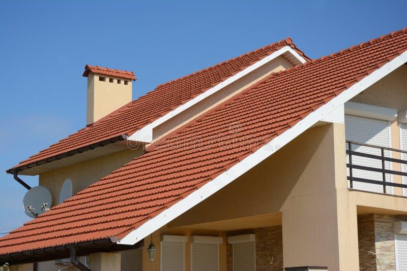 Casa com tipo do telhado de telha da argila, da calha da chuva, da chaminé, do frontão e do vale de construção do telhado Sagacid fotografia de stock royalty free