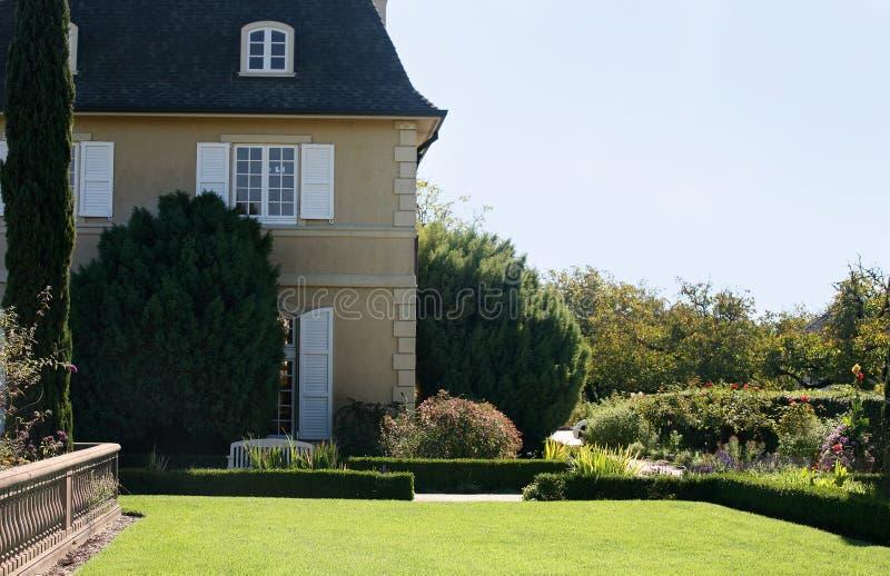 Casa com um jardim foto de stock
