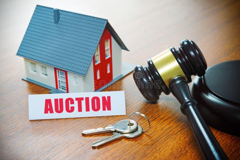 Casa com um martelo Execução duma hipoteca, bens imobiliários, venda, leilão, ônibus imagens de stock