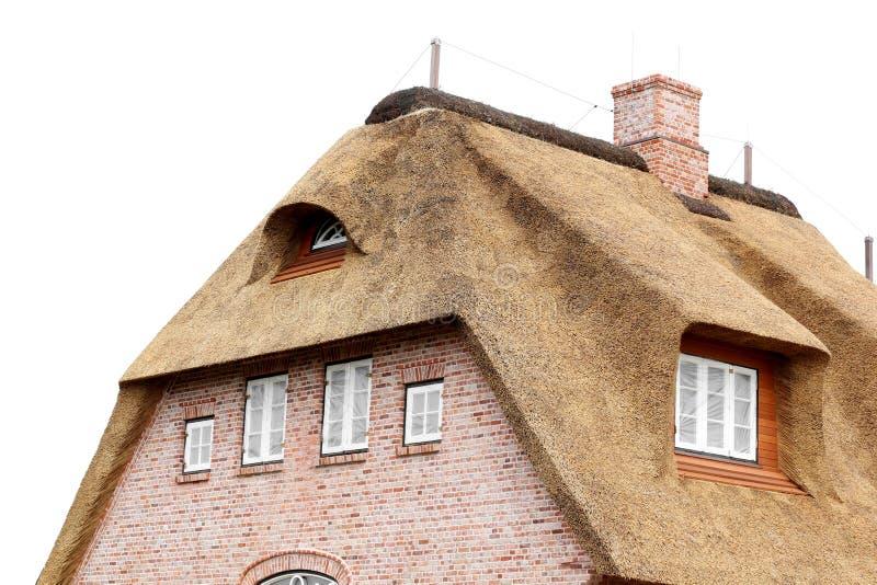 Casa com um telhado cobrido com sapê em um fundo branco imagens de stock royalty free