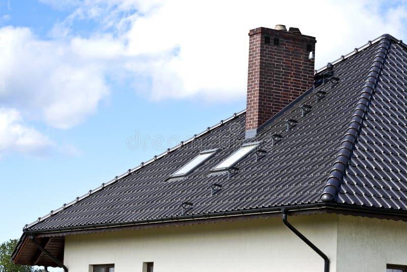 Casa com um telhado moderno imagens de stock