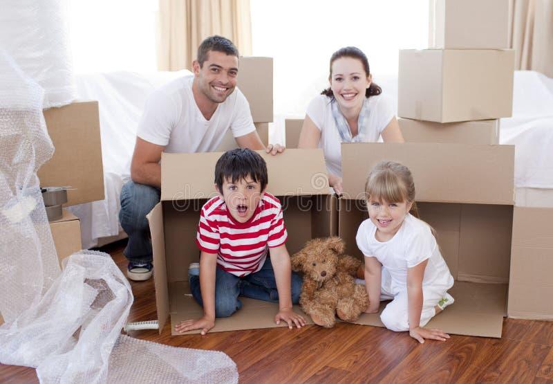 Casa commovente della famiglia con le caselle intorno immagine stock libera da diritti