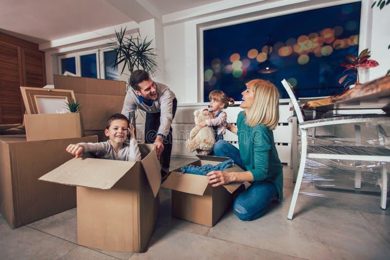 Casa commovente della famiglia con le scatole intorno immagini stock