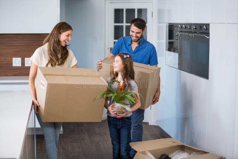Casa commovente sorridente della famiglia immagini stock