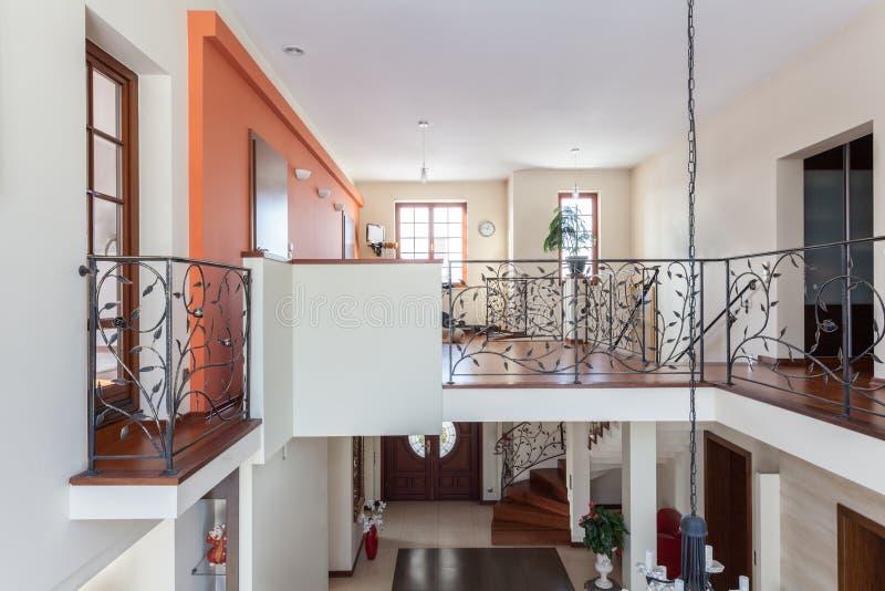 Casa con clase hogar de dos pisos foto de archivo for Casa elegante en mal estado