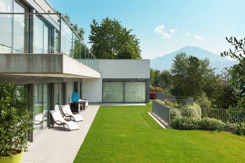 Casa con el jardín imagenes de archivo