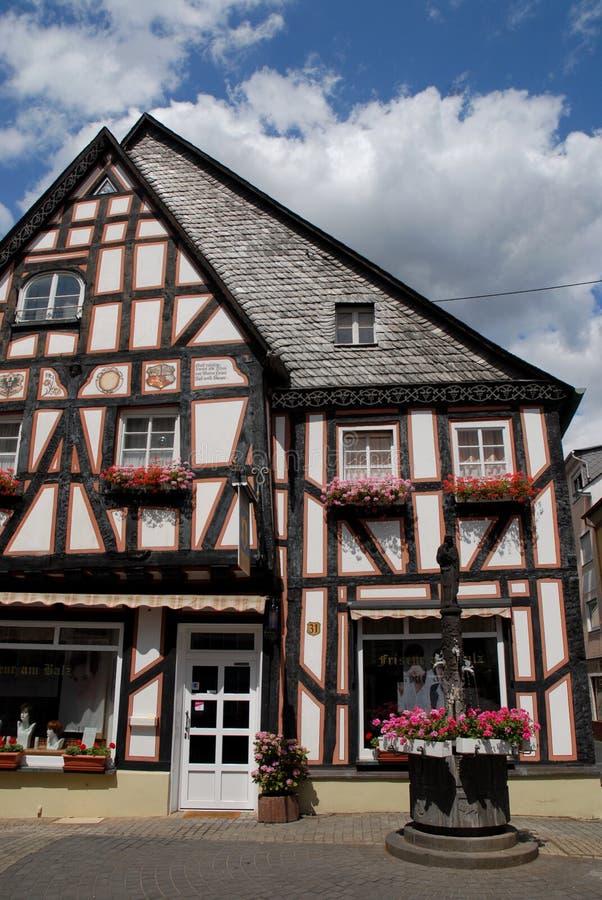 Casa con florecido bien en Boppard en el valle del Rin en Alemania fotos de archivo libres de regalías