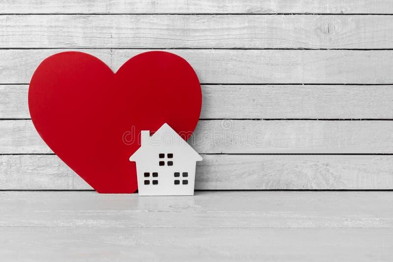 Corazon Y Casa De Madera En Un Fondo Concreto Gris El Concepto De